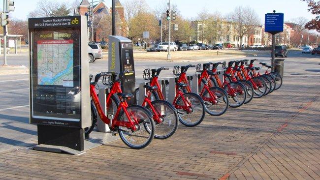 Sprawnie działający tani rower miejski może być pełnoprawnym środkiem transportu miejskiego podwarunkiem wydzielenia sieci bezpiecznych dróg rowerowych (fot.Wikipedia)