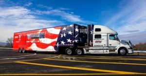 W Kalifornii – najbardziej restrykcyjnym, jeśli chodzi opolitykę ekologiczną stanie USA − niezależnie odobowiązujących norm federalnych przyjęto agresywną politykę obniżania poziomu zanieczyszczeń transportowych: do2030 r. planuje się obniżenie emisji GHG o40% poniżej poziomu zroku 1990; wokresie 2005−2020 emisja NOx ma spaść o70% (fot.Volvo trucks US)