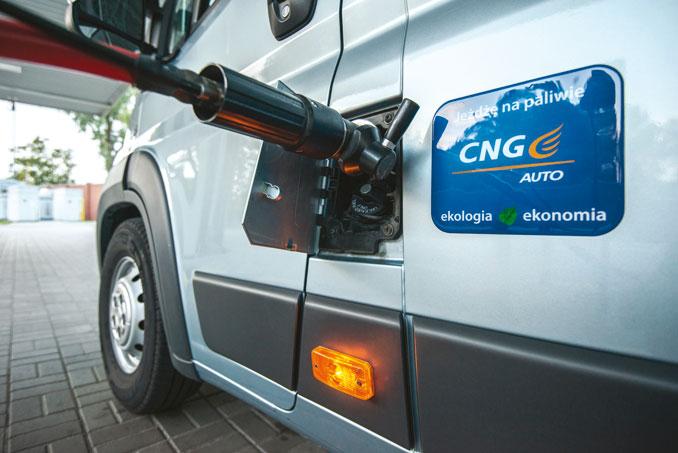 Tankowanie CNG niejest skomplikowane ipodobnie jak wprzypadku LPG (jak winnych krajach) także wprowadzona zostanie samoobsługa(fot.© Fiat)