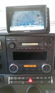 Nieocenione narzędzie wcodziennej pracy – obraz zkamery cofania przekazywany naduży ekran umieszczony nakokpicie