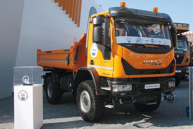 Iveco wystąpiło zeswoją ofertą wspólnie zsiostrzaną marką CASE Construction Equipment, pokazując cztery ważne produkty przeznaczone dla sektora budowlanego: nowe Eurocargo 4×4, które zostało poraz pierwszy zaprezentowane publicznie (nazdjęciu), trójstronną stalową wywrotkę napodwoziu nowego Daily 4×4, trójstronną wywrotkę Trakker 6×6 oraztylną wywrotkę Astra HD98×6 (fot.D. Piernikarski)