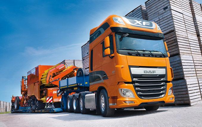 Druga kierowana oś ciągnika DAF XF-510 FTM może zostać uniesiona wcelu zwiększenia przyczepności tylnych napędzanych osi (fot.© DAF)