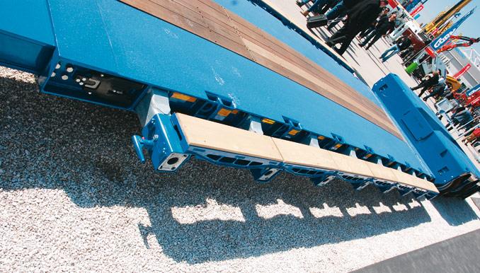 Naczepa Doll panther T4E-S3F oładowności 50 t ma obniżony płaski pokład ładunkowy, przydatny dotransportu wysokich iciężkich maszyn roboczych