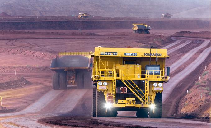Szczególnie podatnym miejscem dozastosowania autonomicznych ciężarówek wydaje się przemysł wydobywczy – wkopalniach sporadycznie pojawiają się inni użytkownicy orazpiesi. Warto przypomnieć, żejeszcze wpaździerniku 2015 r. jako pierwsza wświecie firma Rio Tinto uruchomiła dwie floty całkowicie zautomatyzowanych samochodów ciężarowych jeżdżących bezkierowcy wswoich kopalniach przyszłości (Mine of the Future), gdzie wydobywana jest ruda żelaza wprowincji Zachodnia Australia (fot.Rio Tinto)