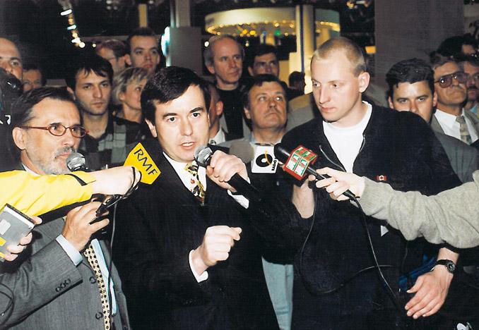 Krzysztof Olszewski, założyciel firmy Solaris Bus & Coach, odpowiada napytania dziennikarzy poświatowej premierze Solarisa Urbino w1999 r. (fot.© Solaris Bus & Coach)