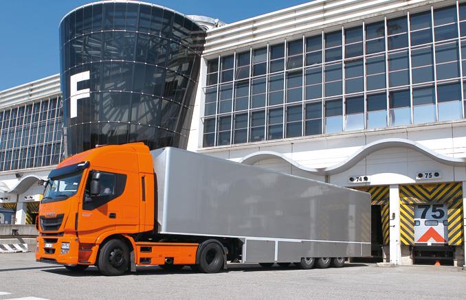 Na popularnych trasach pomiędzy dużymi miastami przesyłki ekspresowe przewożone są dużymi zestawami (fot.Iveco)
