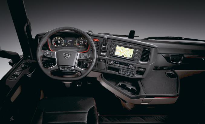 Wnętrza nowych kabin zapewniają optymalną przestrzeń doprowadzenia iwypoczynku. Dzięki wszechstronnym możliwościom regulacji fotela wszyscy kierowcy owzroście od150 do200 cm znajdą wniej idealną pozycję zakierownicą. Przesunięcie miejsca kierowcy doprzodu iwlewo pozwoliło nazwiększenie widoczności. Ponadto słupki Azostały takzaprojektowane, aby kierowca miał dobrą kontrolę nadtym, co dzieje się wnewralgicznym obszarze naroży kabiny. Dla poprawy widoczności nieznacznie obniżono także tablicę rozdzielczą (fot.Scania)