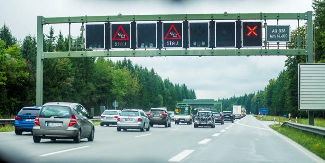 Znaki zmiennej treści wpływają zarówno nabezpieczeństwo, jak iprzepustowość układu drogowego