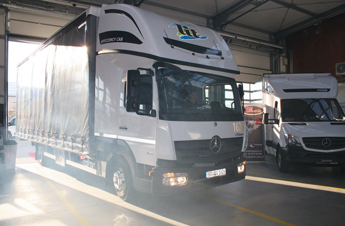 Nowa aerodynamiczna kabina Efficiency Cab przeznaczona doMercedesa Atego, przygotowana wewspółpracy firm Gniotpol iSpojkar. Bazą jest niska przedłużana kabina Top Sleeper modelu Mercedes-Benz Atego. Potransformacji powstała ogromna, przestrzenna kabina dla dwóch osób. Ponad 30 kabin zakupiła m.in.niemiecka firma transportowa L.I.T. Speditions GmbH (fot.K. Biskupska)